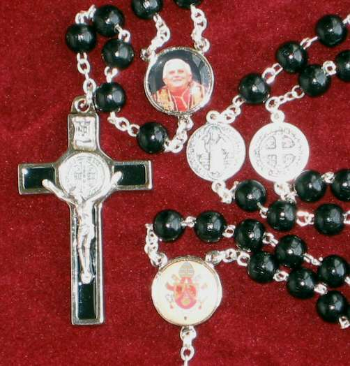 Pope Benedict red wood rosary (b59)
